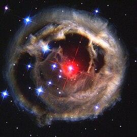 V838 Monocerotis e la sua eco luminosa, immagine del Telescopio Spaziale Hubble scattata il 17 dicembre 2002. Fonte: NASA/ESA