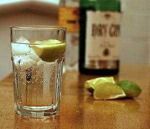 English: Gin and tonic with lime in a highball...