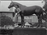 Seabiscuit statue.png
