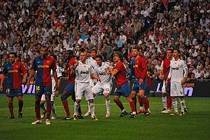 Español: Los jugadores forcejean en un derby R...