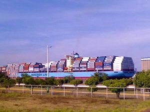 English: Contenedores arivando al puerto.