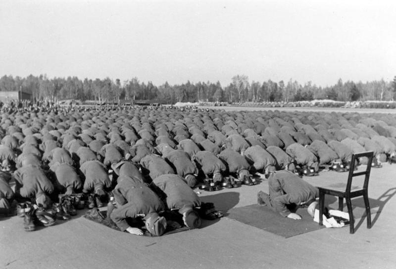 Bundesarchiv Bild 146-1977-137-20, Bosnische SS-Freiwillige beim Gebet