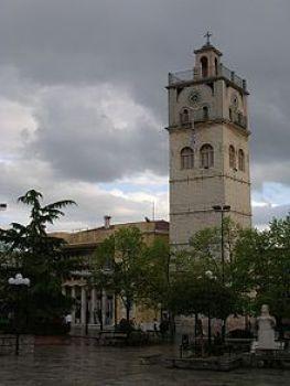 Η πλατεία Νικης με το Δημαρχείο και το ρολόι του Αγίου Νικολάου.