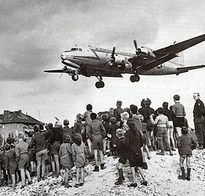 English: Berliners watching a C-54 land at Ber...