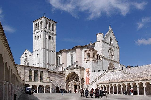 Assisi -Il lato sud della basilica di San Francesco visto dalla Piazza inferiore