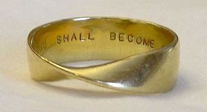 English: A Möbius strip employed as a gold wed...