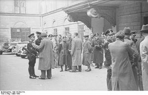 Bundesarchiv Bild 152-64-17A, Wien, SS-Razzia ...