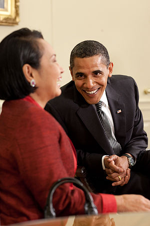 English: President Barack Obama jokes with Phi...