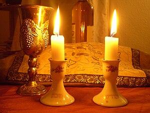 English: Shabbat Candles Deutsch: Schabbatkerzen