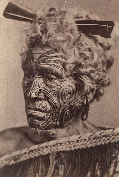 File:Homme maori au visage tatoué.jpg