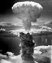 Bom atom berjulukan Fat Man, menimbulkan cendawan asap di atas kota Nagasaki, Jepang.
