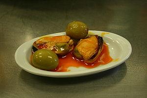 Español: Tapa de mejillón en vinagre con aceitunas