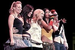 El grupo en un concierto de 2005 para la emisora estadounidense KISS 105.1.