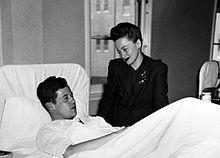Visitando a un soldado herido en un hospital