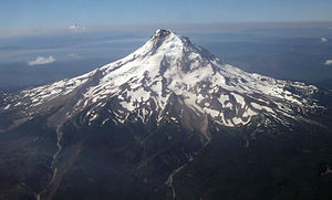 English: Mt. Hood Looking South with Mt. Jeffe...