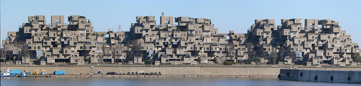 Una amplia imagen que muestra una visión completa de Habitat 67 como se ve desde el puerto.