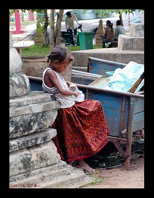 English: Little girl waits for parents at Wat ...