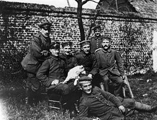 Hitler (en sağda), silah arkadaşları ve Foxl (köpek).