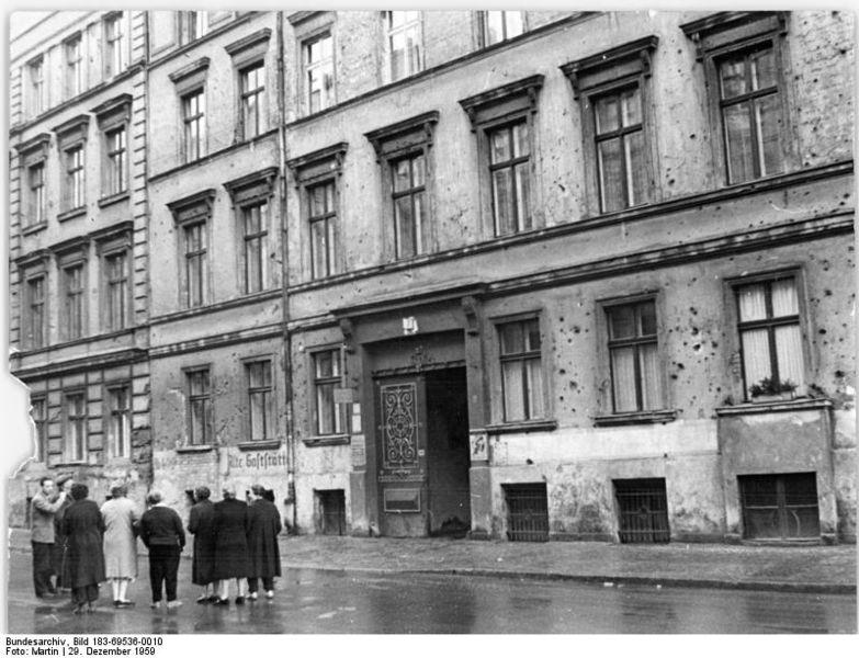 File:Bundesarchiv Bild 183-69536-0010, Berlin, Marienstraße, Wohnhaus, Altbau.jpg