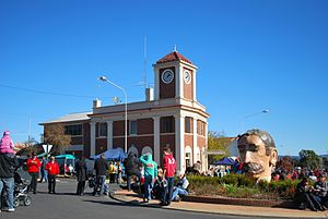 English: Clock tower and bust of Henry Lawson ...