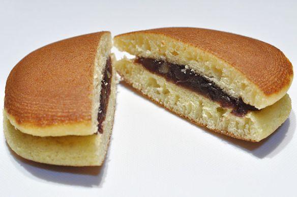 やや膨らんだ円盤状のカステラ風生地2枚に、小豆餡を挟み込んだ和菓子