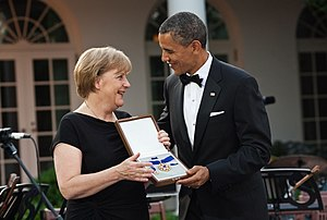 English: Barack Obama presents the Presidentia...
