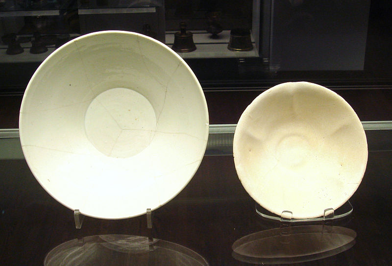 File:Chinese white ware and Iraqi earthenware bowls 9th 10th century both found in Iraq.jpg