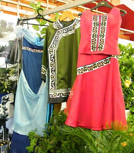 File:Современная женская одежда в национальном стиле (нанайцы).JPG