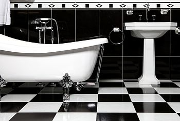 English: Black and white tiles bathroom