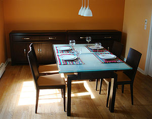 English: Dining room in a home in the United S...