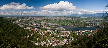 English: View of Dal Lake and the city of Srin...