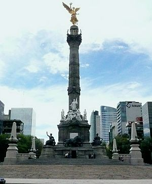 English: Front view of Independence Monument. ...