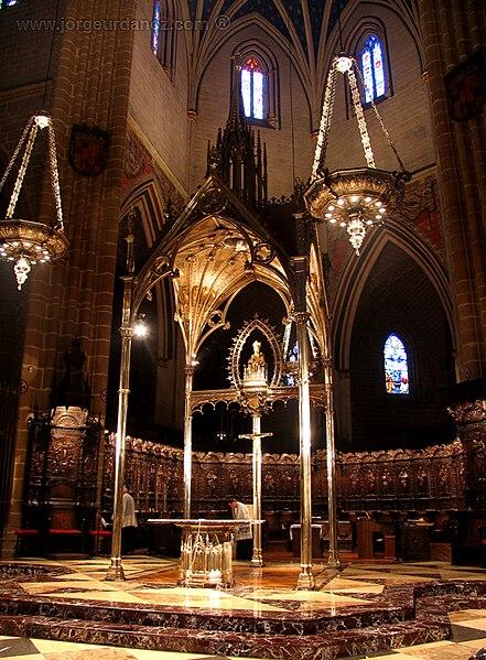 Archivo:Catedral pamplona presbiterio baldaquino.jpg