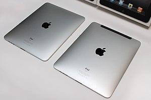 English: First generation 32GB Wi-Fi iPad (lef...