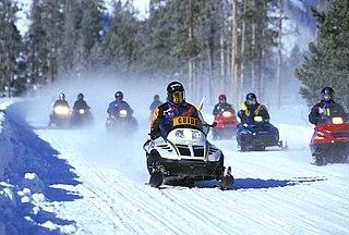 https://i1.wp.com/upload.wikimedia.org/wikipedia/commons/thumb/e/ed/SnowmobilesYellowstone.jpg/320px-SnowmobilesYellowstone.jpg