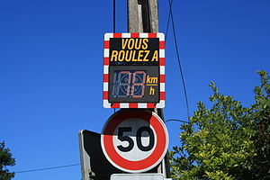 English: Speed sign in Saint Remy les Chevreus...