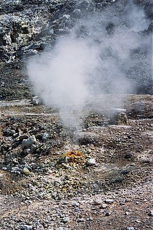Gas emissie uit de slapende vulkaan op de Fleg...