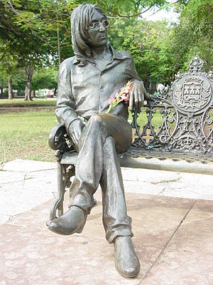 English: Statue of John Lennon in public park,...