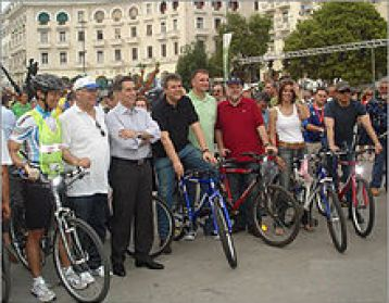 US Consul CG Yee, along with the Mayor of Thessaloniki Vassilis Papageorgopoulos, the Prefect of Thessaloniki Panagiotis Psomiadis, and many others participating in World Environment Day on the waterfront, Bike Path