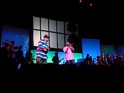 I De La Soul si esibiscono al concerto live dei Gorillaz il 31 ottobre 2005 al Theater Manchester Opera