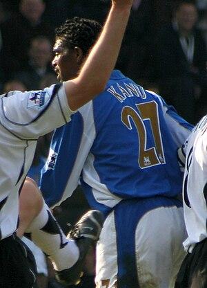English: Nwankwo Kanu playing for Portsmouth a...