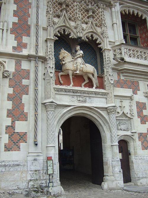 ChateauBloisLouisStatue