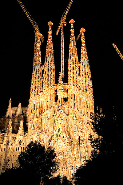 File:Sagrada familia by night 2006.jpg