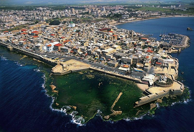 Acre en arabe عكّا ʿAkkā ; appelée Ptolémaïs dans l'Antiquité ; aussi connue dans le monde chrétien sous le nom de Saint-Jean-d'Acre  est une ville  de l'ancienen province du sham maintenant en Israël, située au nord de la baie de Haïfa, sur un promontoire et dotée d'un port en eaux profondes.
