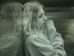 Ragazza pensosa, sola in ascensore