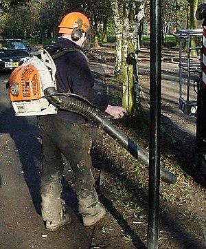 English: A backpack leaf blower