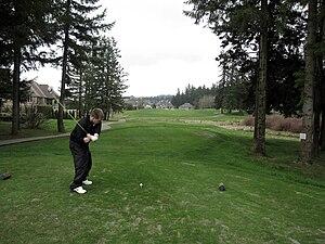 English: Golfer teeing off