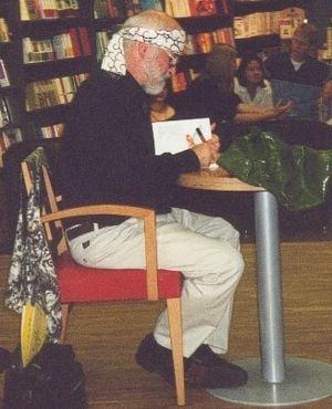 Terry Pratchett bei einer Lesung und Signierst...