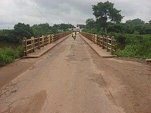 Français : Pont sur le fleuve N'zo, près de Gu...