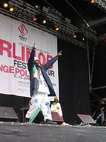 MC del grupo de Rap senegalés Darra J. Obsérvese la ropa ancha y holgada.